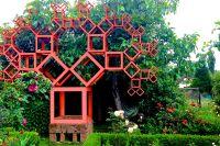 Gartenszenario PYTHAGORASBAUM, Hartmut Skerbisch, dahinter SCHREIN Ingeborg Strobl, DA VORHANG Alexandra Gschiel (c) Irmi Horn